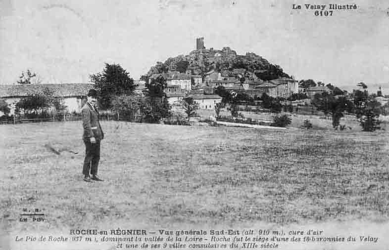 Le Bourg avec le donjon médiéval en arrière plan
